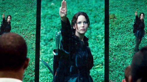 Katniss-3-finger-salute-456